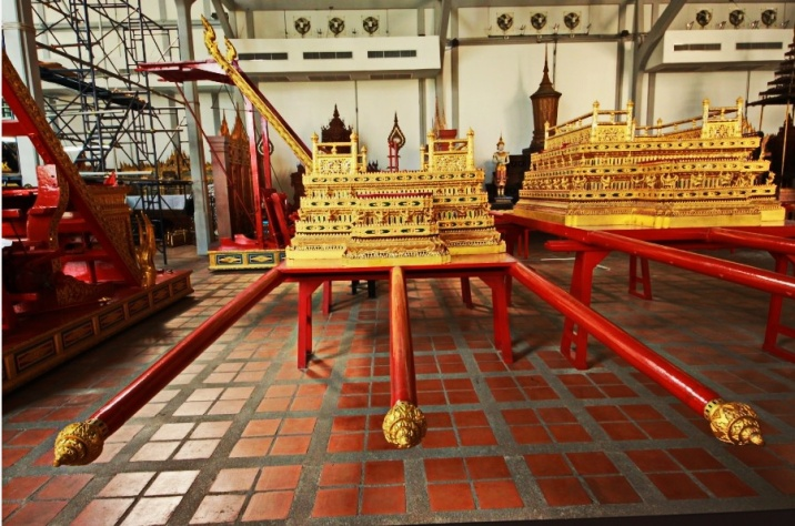 palanquin with three poles